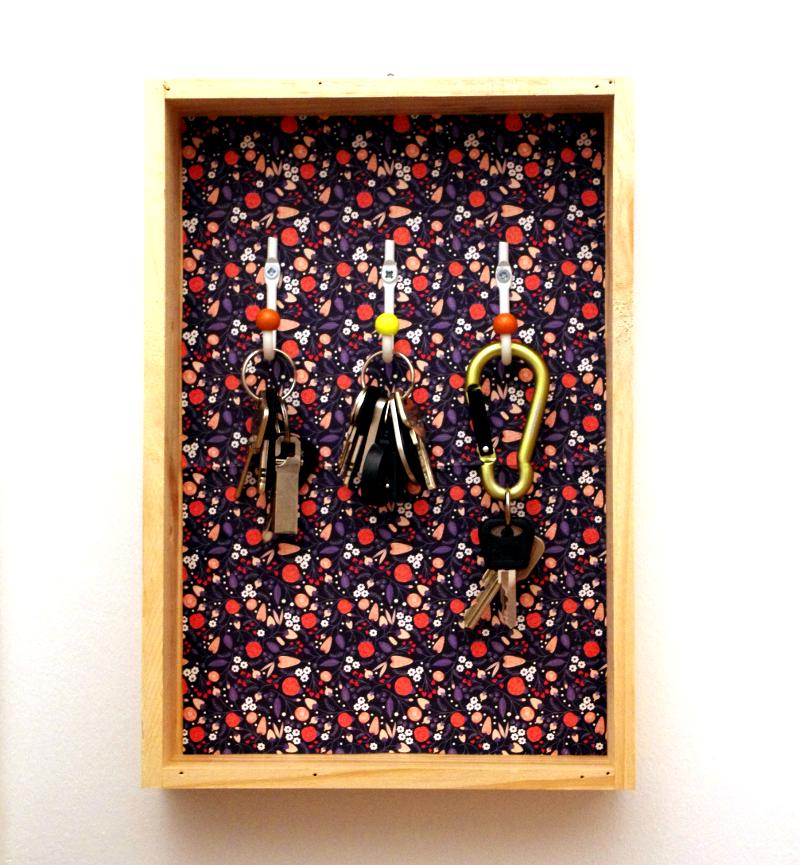 #DIY Schlüsselbrett / Schlüsselkasten. Ganz einfach mit Papier bekleben. Haken festmachen. Aufhängen.